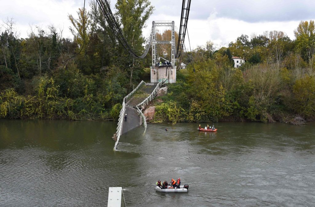 Wie viele Personen sich auf der Brücke befanden, war zunächst unklar. Foto: AFP/ERIC CABANIS