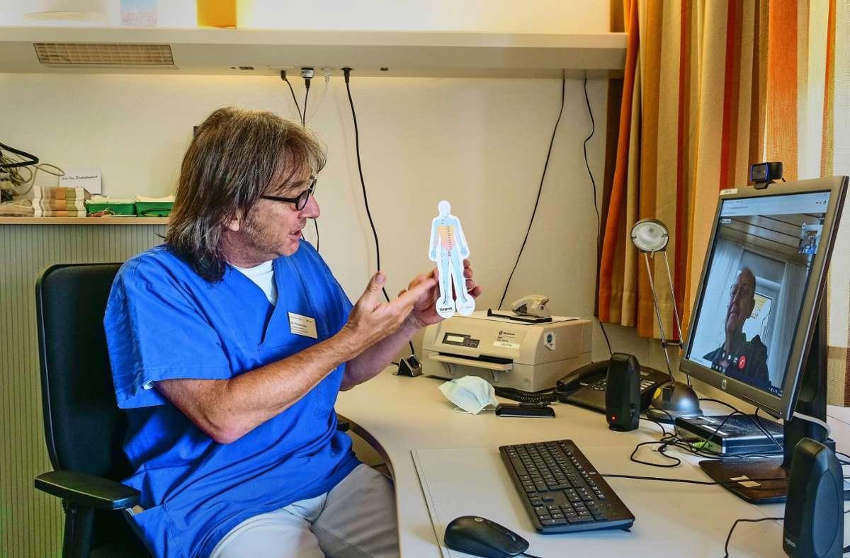 Der Leonberger Schmerztherapeut Thomas Klein bespricht mit seinem Patienten Hubert Schneider die Therapie. Foto: factum/Simon Granville