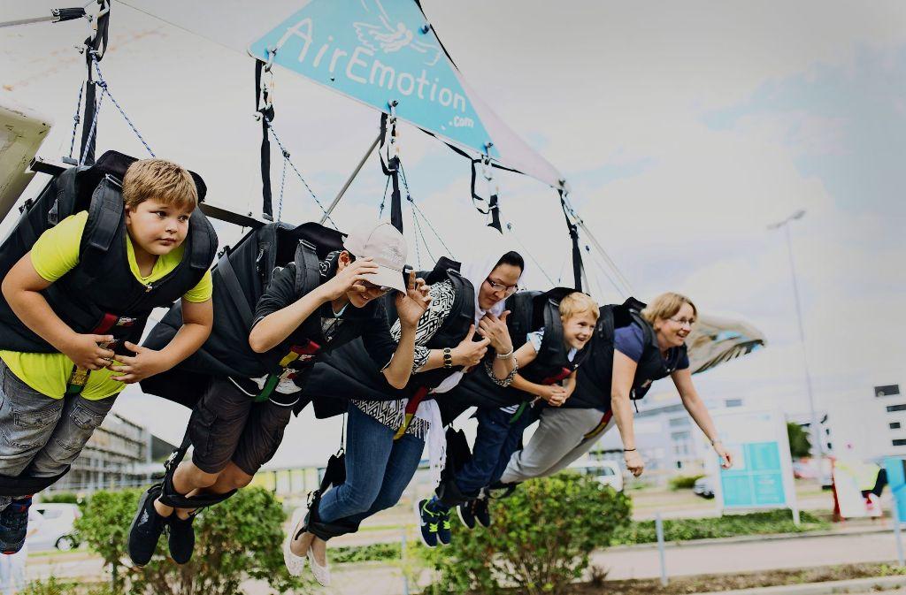 Eine Portion Mut  war bei der Aktion schon nötig:  Mit dem Kran  ging es rund 40 Meter nach oben Foto: Lichtgut/Verena Ecker