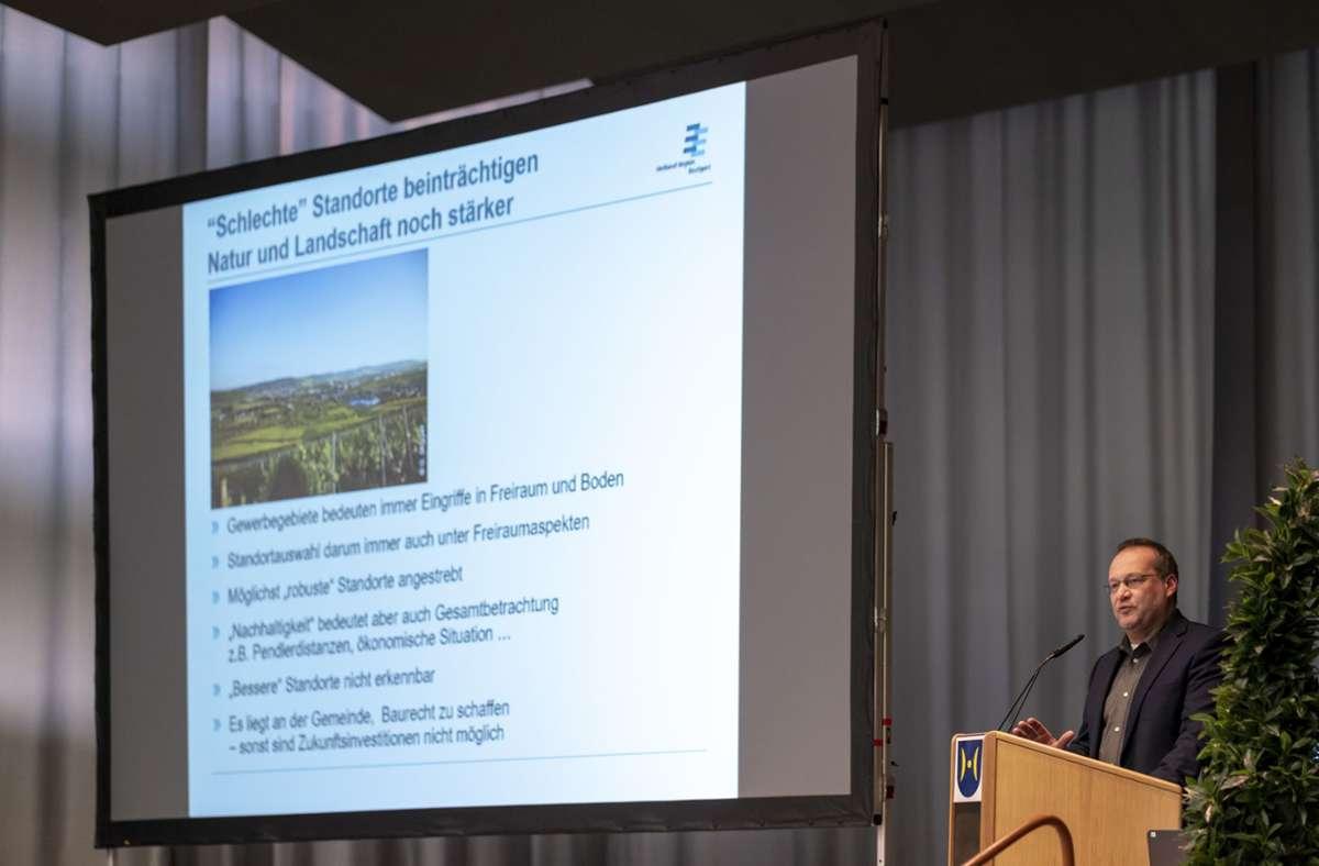 Die  Ansiedlung von Porsche in Schwieberdingen wurde vom Verband Region Stuttgart unterstützt – hier der regionale Planungschef Thomas Kiwitt auf einer Bürgerinformation im April 2019. Foto: factum//Andreas Weise