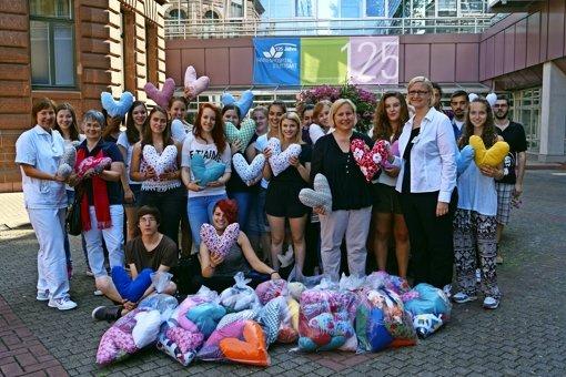 300 Stoffherzen für Brustkrebspatienten