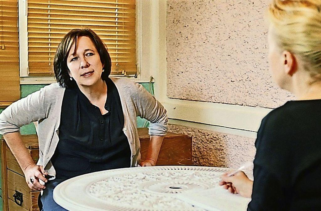 Sie blickt zurück, auch wenn es ihr peinlich ist: Ariela Bogenberger (links) im Gespräch mit der Regisseurin Petra K. Wagner. Foto: BR