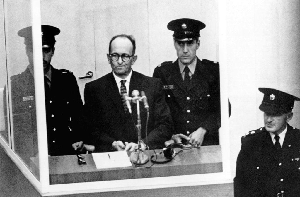 Auch dem Obernazi Adolf Eichmann, hier bei seinem Prozess 1961 in Israel, gelang die Flucht über Südtirol nach Südamerika. Foto: dpa