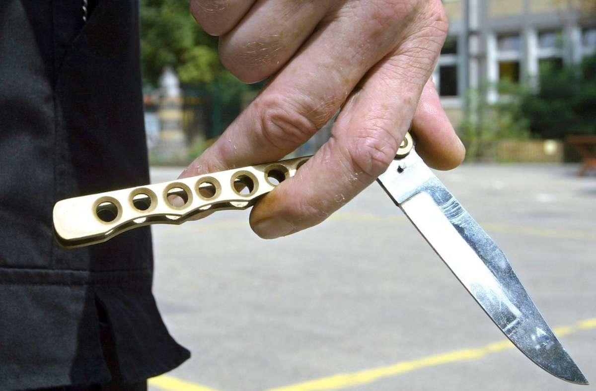 Eine Frau wurde offenbar mit einem Messer bedroht und kurzzeitig als Geisel genommen. (Symbolbild) Foto: picture-alliance/ dpa/Ingo Wagner