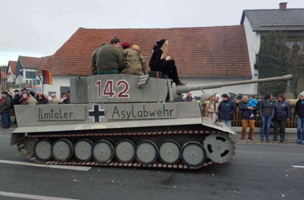 Der Papp-Panzer fuhr  an einem Faschingsumzug in Reichertshausen (Landkreis Pfaffenhofen, Bayern) durch die Straßen. Nun ermittelt die Staatsanwaltschaft. Foto: dpa