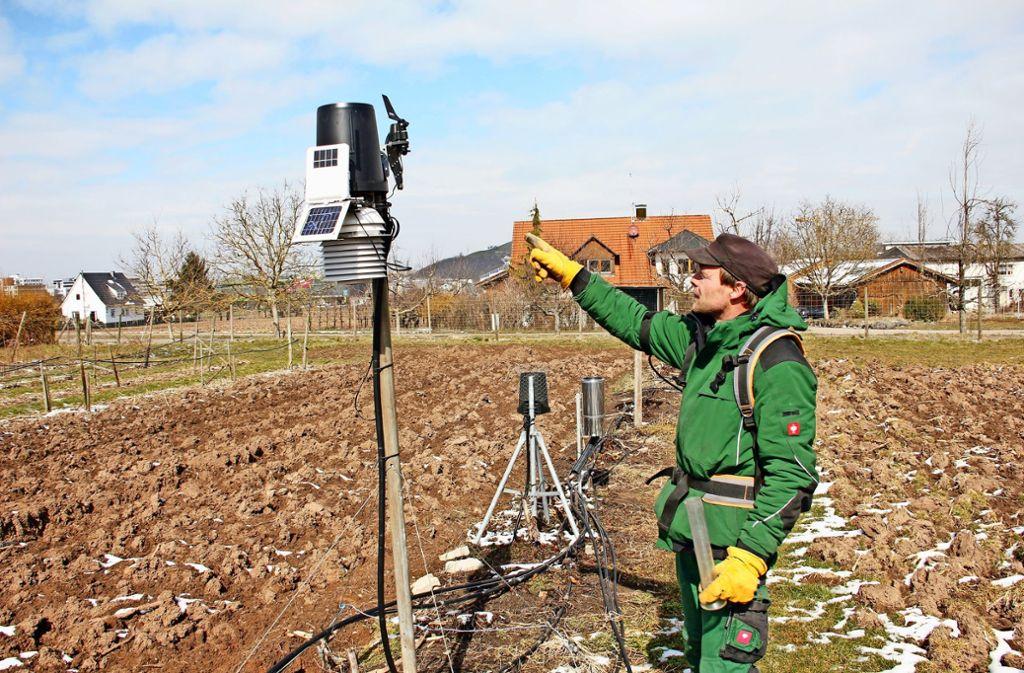 Obstbauer Christian Hörnle betreibt seit 13 Jahren eine Wetterstation auf seinen Wiesen. Der Frost im vergangenen April hat  auch seinen Betrieb schwer getroffen. Nun hofft er auf ein bessere Jahr ohne derartige Ernetausfälle. Foto: Chris Lederer