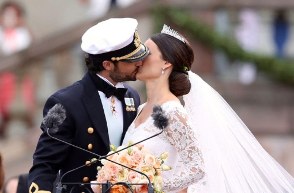 Und noch ein Kuss vor den Stockholmern: Vor tausenden Schaulustigen zeigen Prinz Carl Philip und Prinzessin Sofia, wie glücklich sie sind. Foto: Getty Images Europe