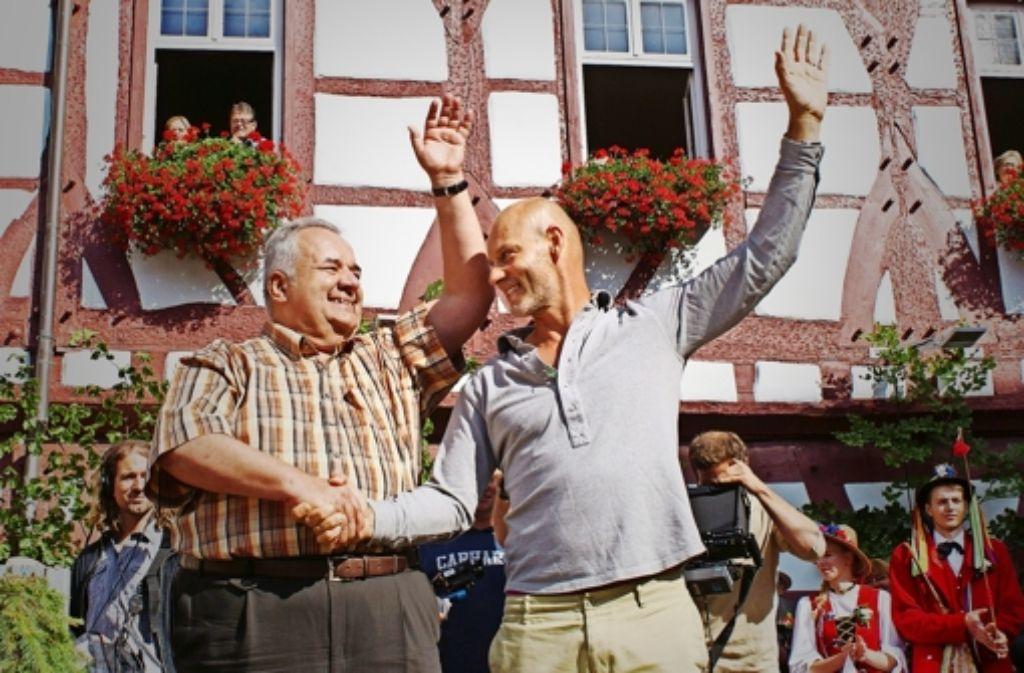 Die beiden Schauspieler beim Drehstart Ende Juli 2014 in Bad Urach: Simon Licht (rechts) als Manfred Frisch und Winfried Wagner (Bäckermeister   Walter Laible) Foto: Joachim Lenk