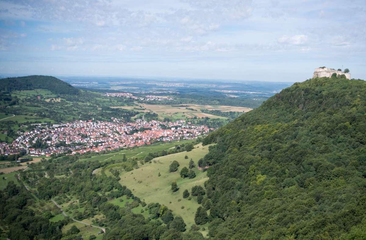 Der Ort Neuffen und die Burg Hohenneuffen auf der Schwäbischen Alb. Das Gebiet ist für weitere zehn Jahre ein Unesco-Biosphärenreservat. (Archivbild) Foto: dpa/Sebastian Gollnow