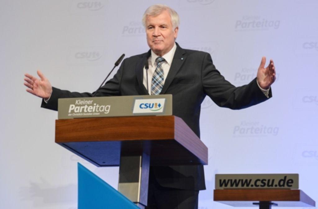 Der CSU-Chef Seehofer lässt Hans-Peter Friedrich feiern. Foto: dpa