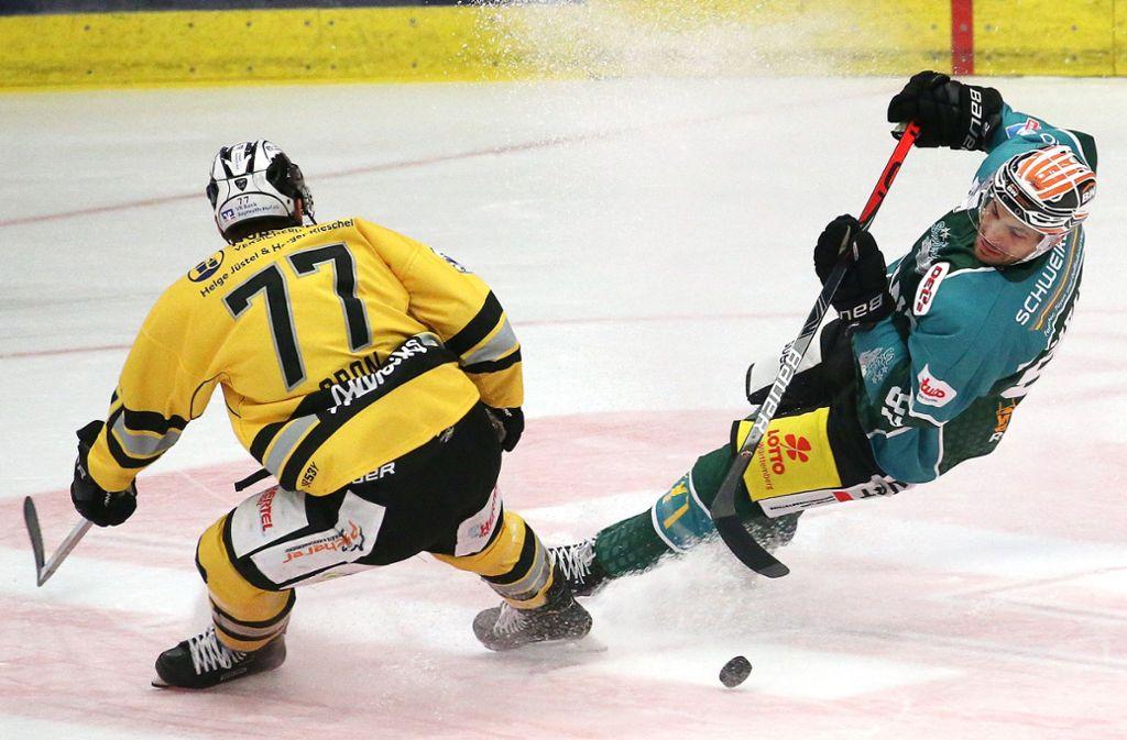 Die Steelers straucheln immer wieder: Der Bayreuther Nicklas Mannes bringt den Bietigheimer Frederik Cabana (re.) aus dem Gleichgewicht Foto: Baumann
