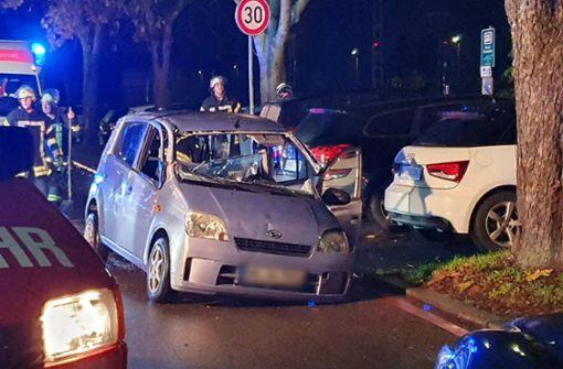 Eingeklemmt und schwer verletzt: Feuerwehr rettet Fahrer aus Auto