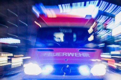 Feuerwehr löscht bis in den frühen Morgen