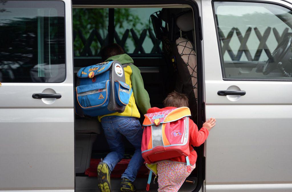 Weil Mütter und Väter sich um die Sicherheit ihrer Kinder sorgen, haben Elterntaxis Konjunktur. Foto: dpa/Ralf Hirschberger