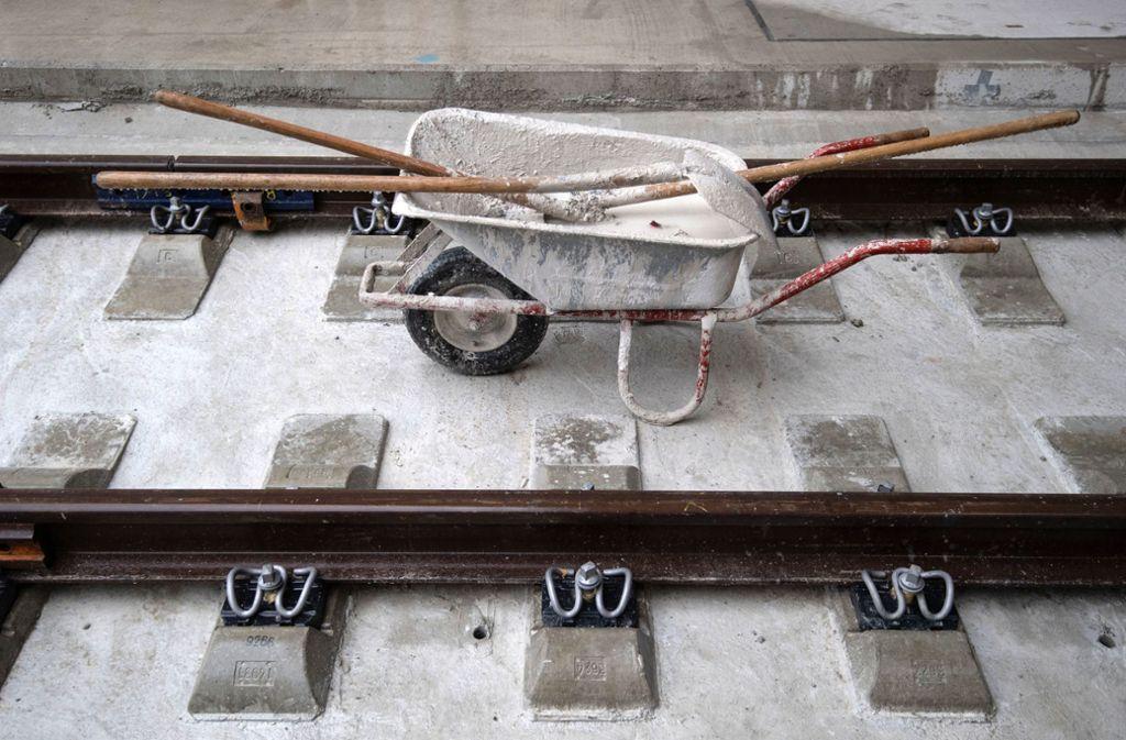 Eine Schubkarre steht auf neuverlegten Gleisen. Die Deutsche Bahn steckt in diesem Jahr knapp 1,7 Milliarden Euro in Schienen, Technik und Bahnhöfe im Südwesten. Foto: dpa/Marijan Murat