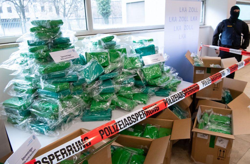 Knapp eine halbe Tonne sichergestelltes Kokain ist während einer Pressekonferenz zu sehen. Polizei und Staatsanwaltschaft konnten das Kokain im Wert von rund 20 Millionen Euro verpackt in Bananenkisten in einem Fruchtgroßhandel bei Neu-Ulm sicherstellen. Foto: dpa/Sven Hoppe