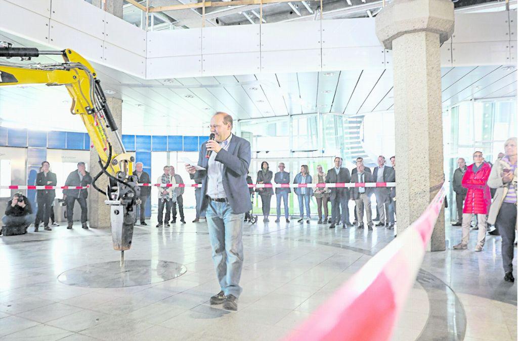 """Der OB Bernd Vöhringer spricht von einem """"ganz besonderen Anlass"""". Am Ende seiner Rede steigt er selbst in den Bagger – und bohrt das erste Loch. Foto: factum/Simon Granville"""