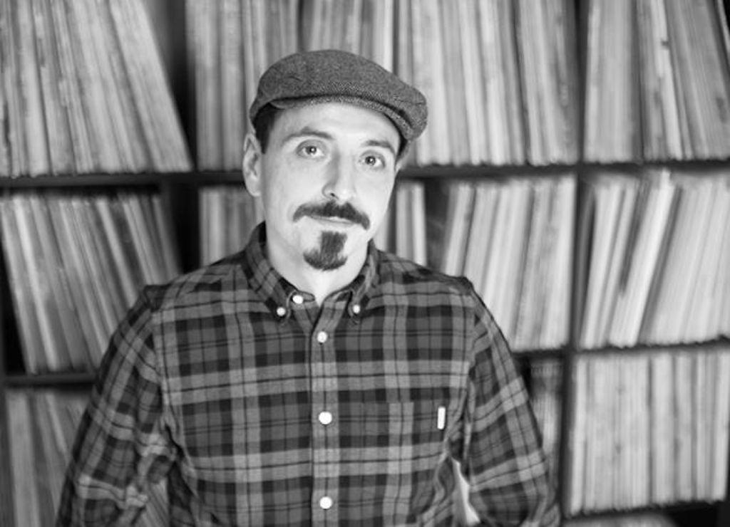 Musik-Liebhaber Sebastian Heitzmann a.k.a. Rockin Sebastian liebt seine Vinyl-Scheiben. Foto: Laura Siemon Photography