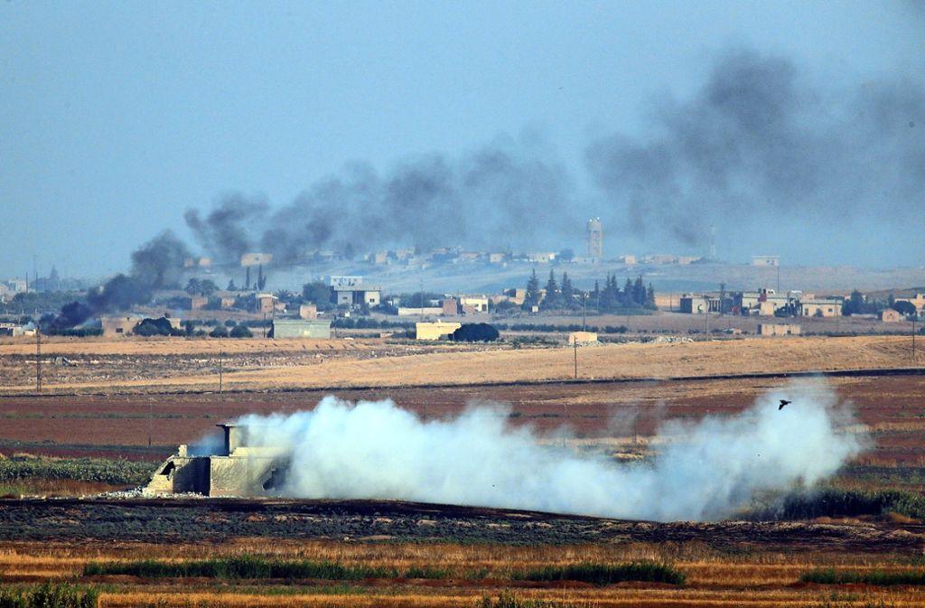 : Rauch steigt bei einer Militäroffensive gegen kurdische Milizen in Nordsyrien auf. Foto: dpa/Lefteris Pitarakis