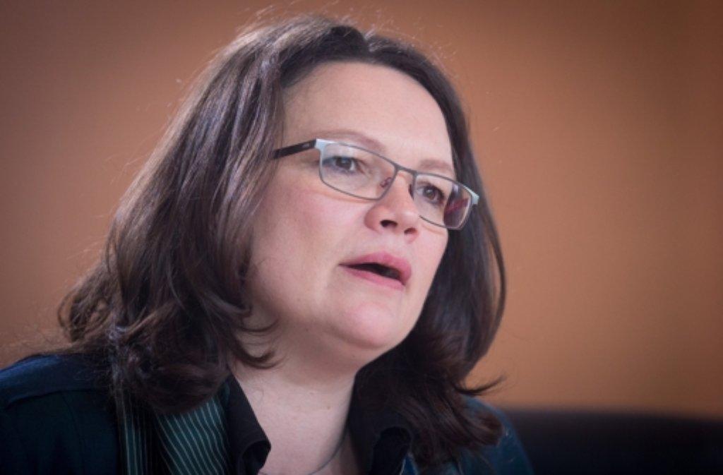 Die Union erwartet von Andrea Nahles Nachbesserungen beim Mindestlohn. Doch die will hart bleiben. Foto: dpa
