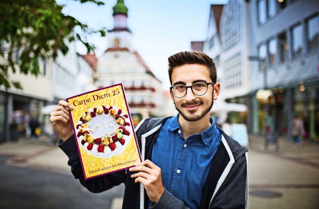 Der scheidende Redakteur Nikolai Keller präsentiert das preisgekrönte Heft. Foto: Ines Rudel