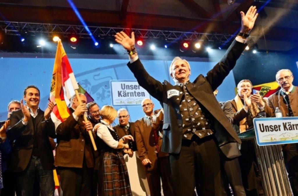 FPK-Politiker Gerhard Dörfler (vorne) will Landeshauptmann bleiben. In Klagenfurt lässt er sich als Spitzenkandidat feiern. Foto: Picture Alliance