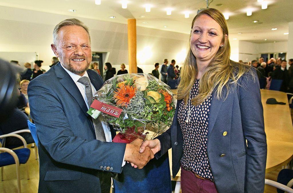 Der amtierende Bürgermeister Herbert Krüger gratuliert seiner Nachfolgerin Melanie Gollert zum Wahlsieg. Foto: Horst Rudel