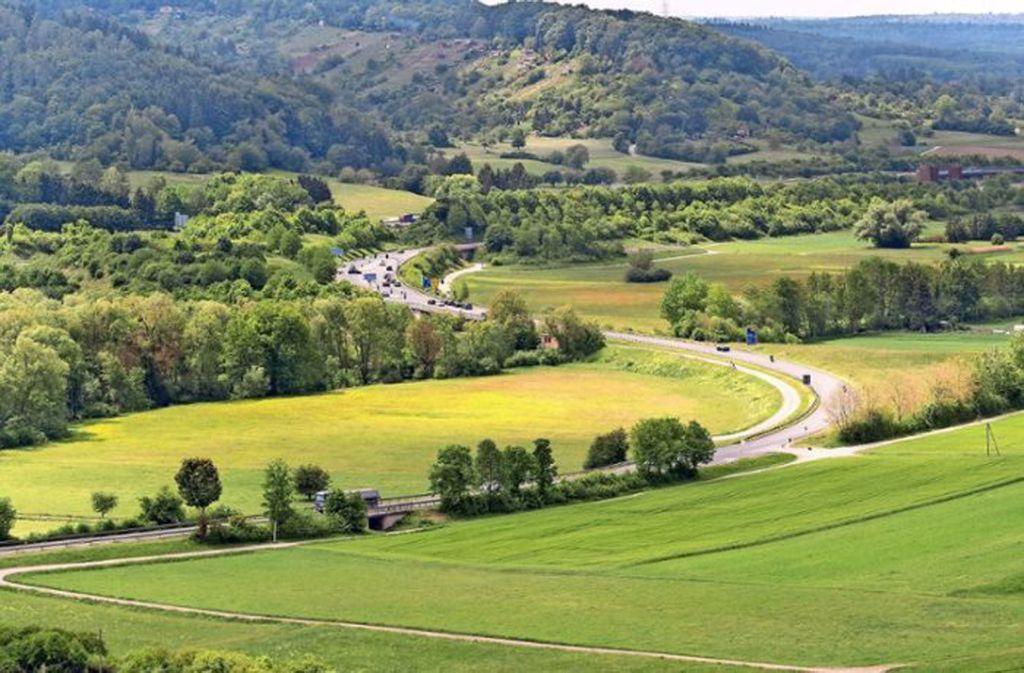 Durchs Mahdental könnte parallel zu Straße oder oberhalb am Hang eine Bahn nach Vaihingen fahren. Foto: factum/Jürgen Bach