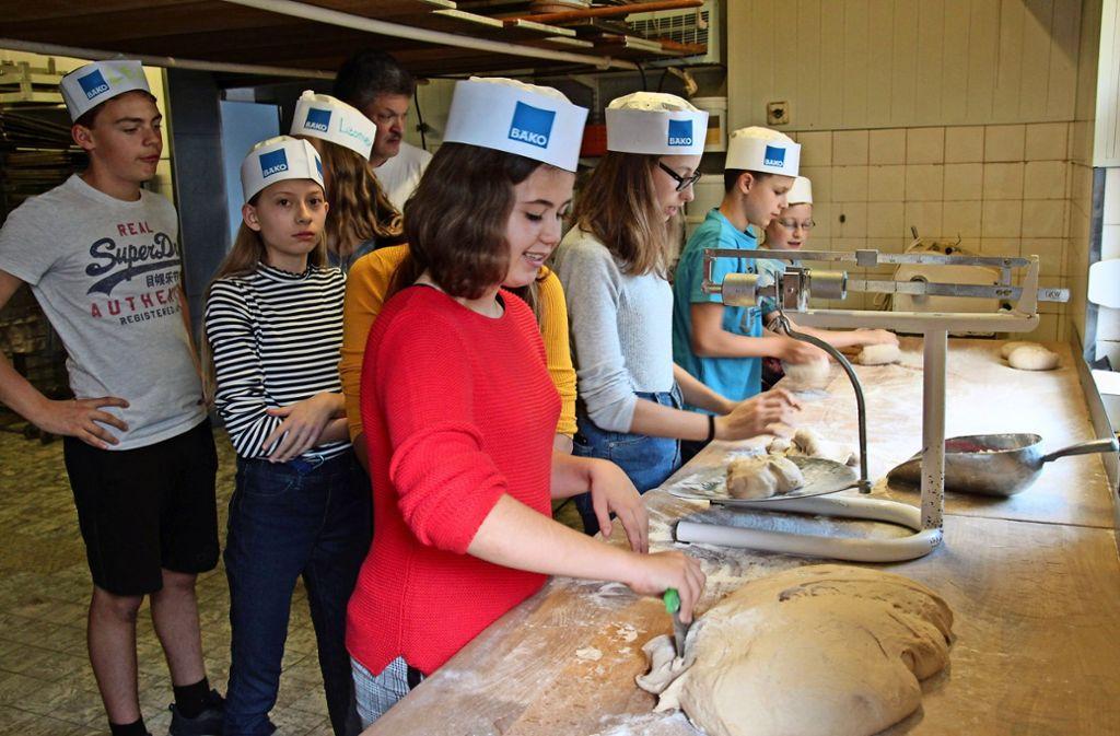Nach einer  Einweisung durch Andreas Blankenhorn (hinten) waren die Konfirmanden selbstständig als Brotbäcker aktiv. Foto: Ralf Recklies