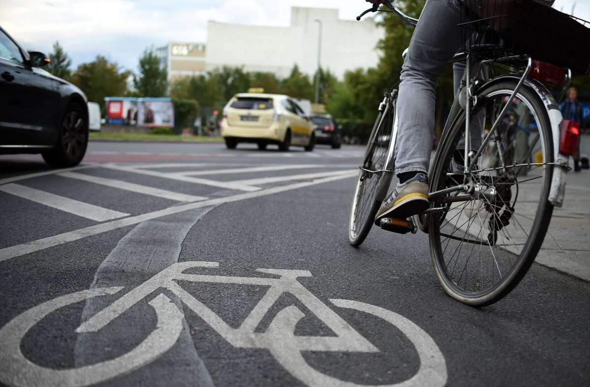 Wo Radfahrer und Autofahrer sich die Straße teilen, ist Sicherheitsabstand gefragt. Foto: dpa/Britta Pedersen