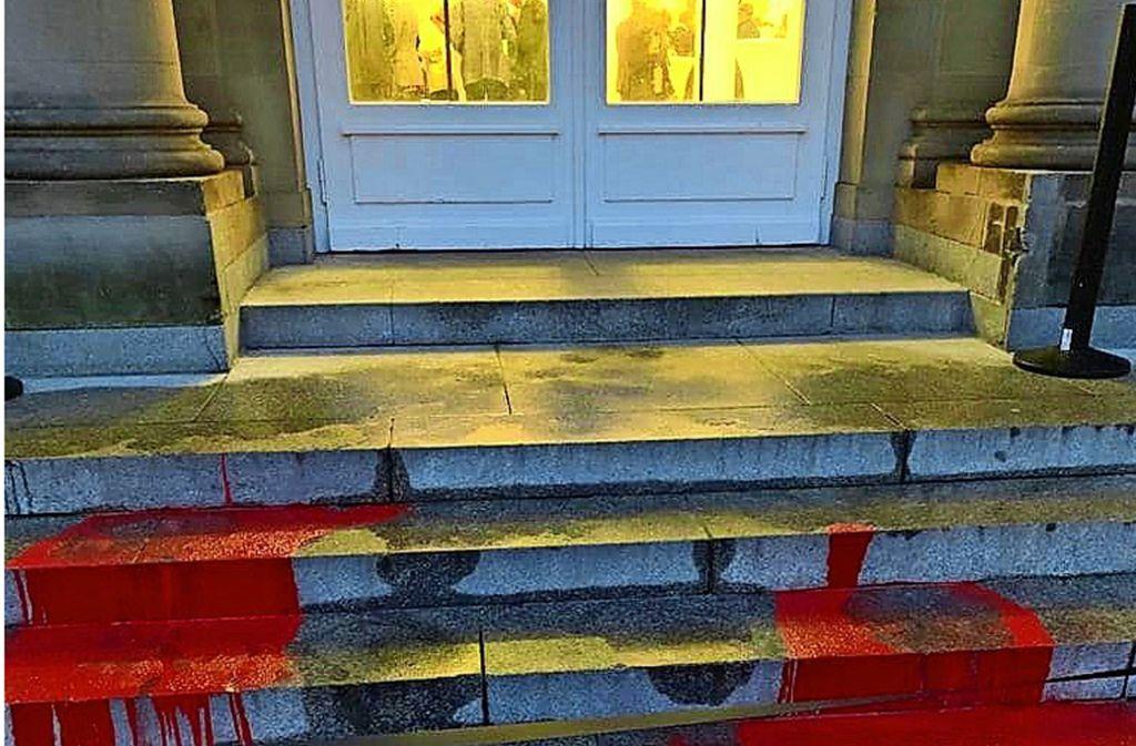 Farbschmierereien vor dem Neuen Schloss Foto: Guido Wolf