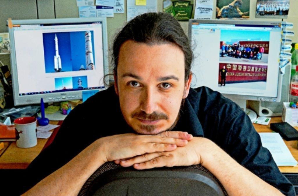 Der Stuttgarter Blogger Florian Kohn in seinem Büro: im Hintergrund sind Fotos seiner Forschungsreise nach China zu sehen. Foto: dpa