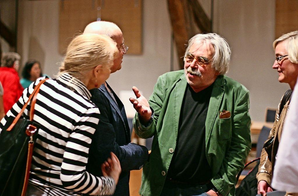 Harald Marquardt  (grünes Jackett) von Kultur am Kelterberg tauscht sich beim Netzwerkgespräch mit anderen Teilnehmern aus. Foto: Lisa Reiff