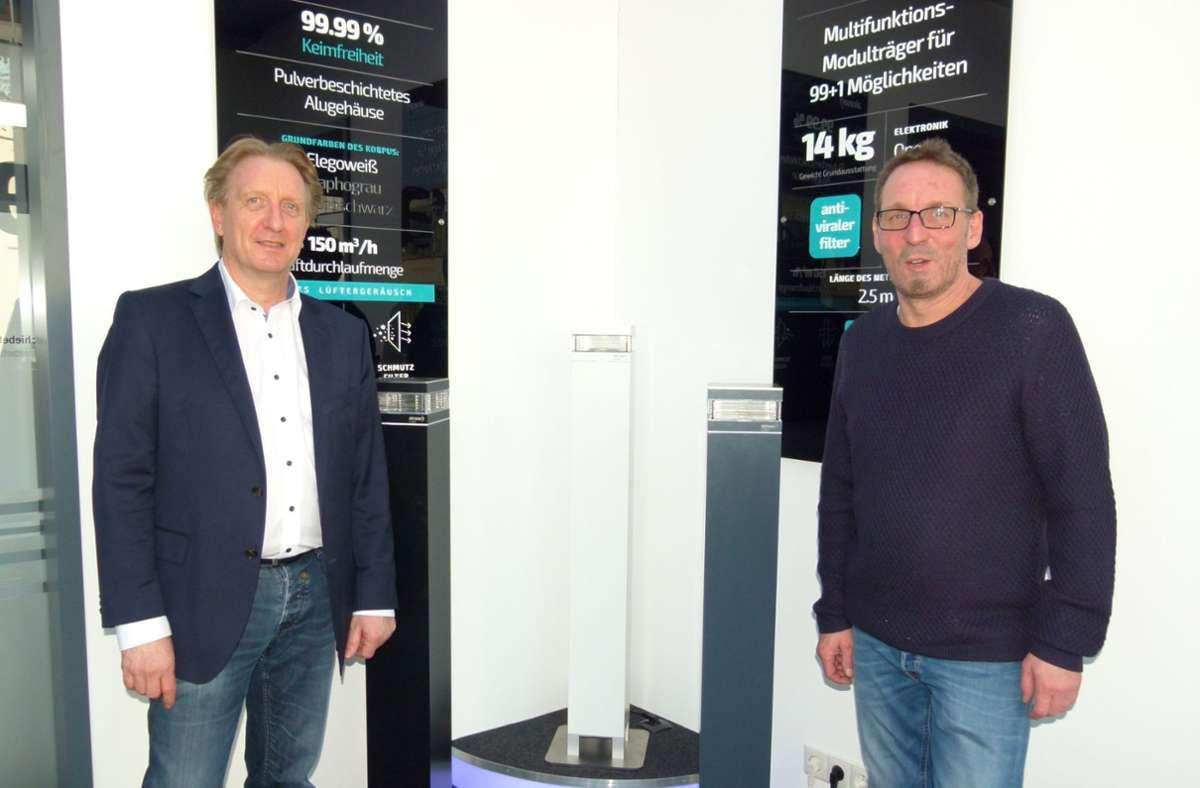"""Marketing-Mann Oliver Fink (links) und Entwickler Rüdiger Schmidt mit ihren innovativen """"Airaser""""-Luftreinigern. Foto: Holger Schmidt"""