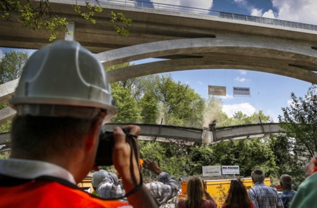 Der letzte Stahlbogen des Murrtalviadukts bricht zusammen. Klicken Sie sich durch unsere Bildergalerie mit Impressionen von der Sprengung. Foto: Frank Eppler