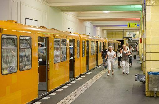 Schülerin findet Handtasche mit 14.000 Euro in U-Bahn