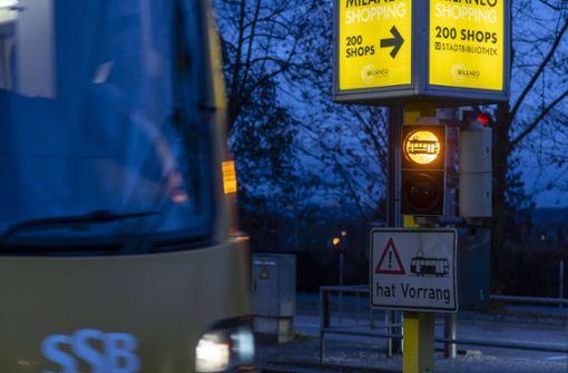 VW Passat kollidiert mit Stadtbahn – 15.000 Euro Schaden