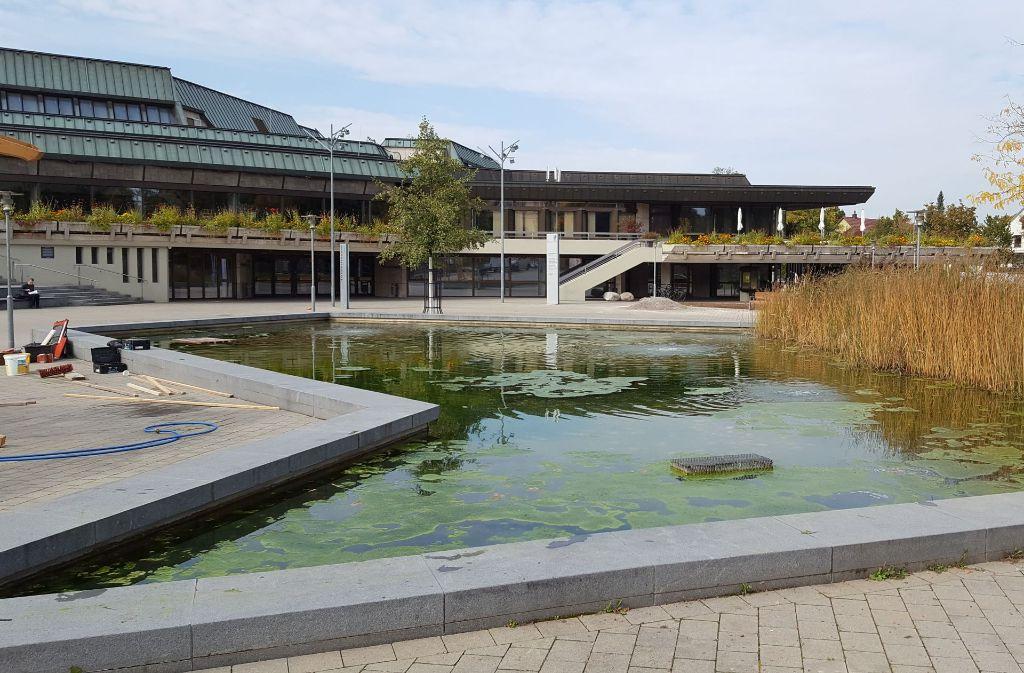 So präsentiert sich derzeit das Becken vor der Schwabenlandhalle. Foto: Dirk Herrmann
