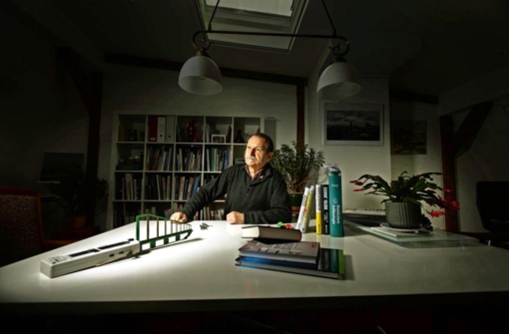 Peter Hensinger beschäftigt sich intensiv mit dem Thema Mobilfunk. Neben    massig Fachliteratur nutzt er ein Hochfrequenzmessgerät für seine Recherchen. Foto: Gottfried Stoppel