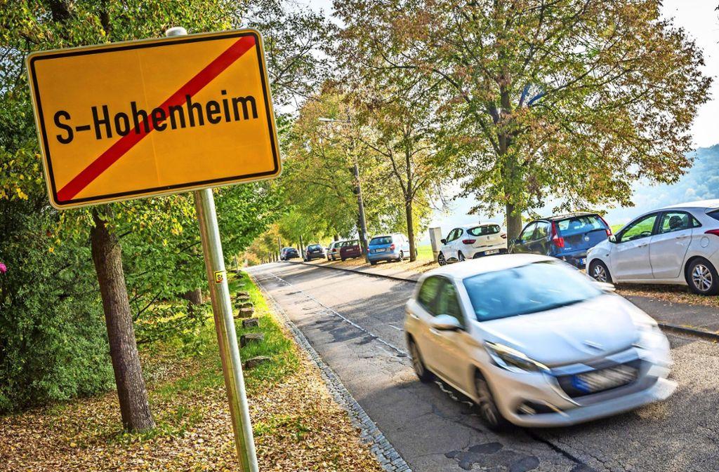 An der Kirschenallee  darf nicht geparkt werden. Wenn rund um die Uni Hohenheim aber alles zugeparkt ist, halten sich daran  längst nicht mehr alle. Foto: Lichtgut/Julian Rettig