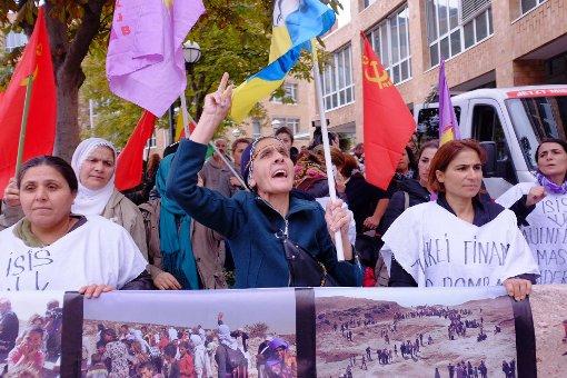 Kurden zeigen in Stuttgart Flagge