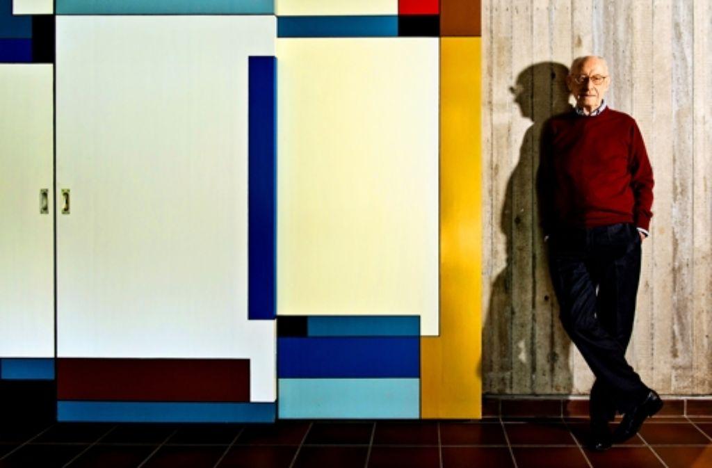 Der Ruheständler in seinem Eigenheim in Stuttgart-Schönberg. Die Schiebetür hat die Bauhaus-Künstlerin Lou Scheper-Berkenkamp gestaltet. Foto: Martin Stollberg
