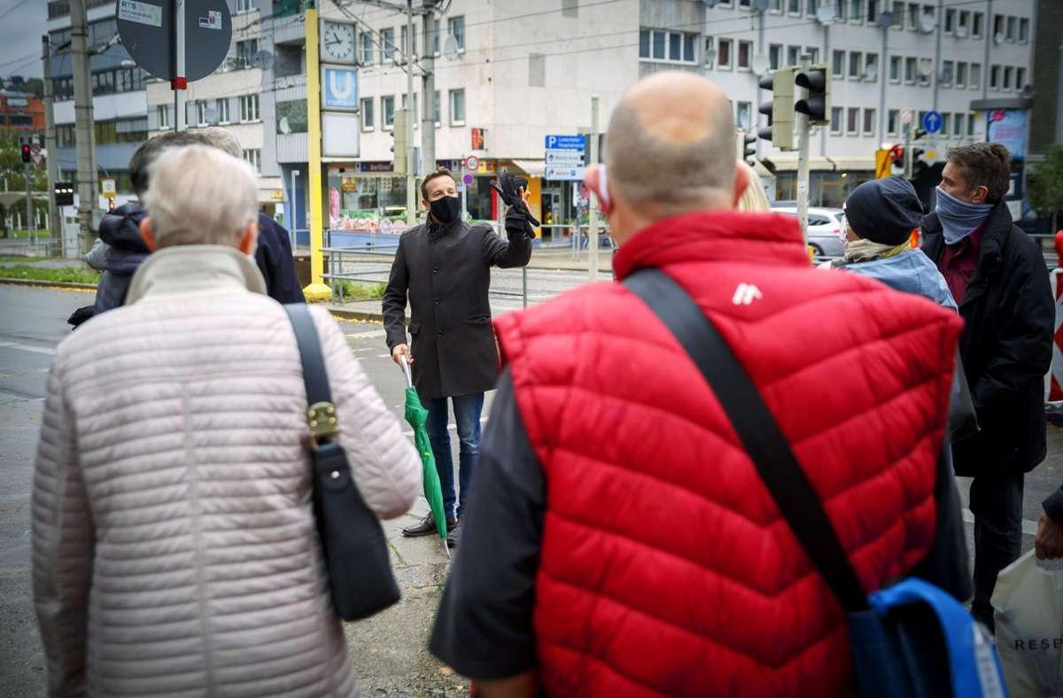 Mundschutz und Regenschirm durften  am Samstag beim Spaziergang mit dem OB-Kandidaten Martin Körner nicht fehlen. Foto: Lichtgut/Julian Rettig