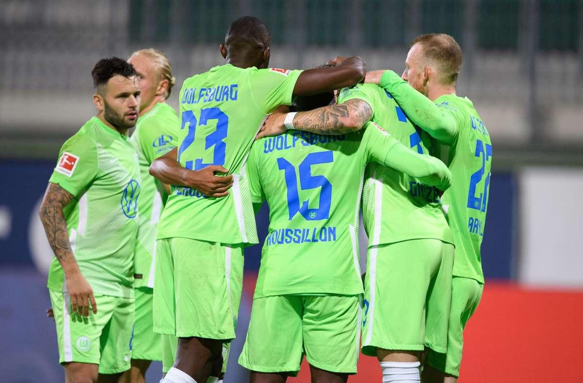 Die Wolfsburger jubeln über ihren Sieg. Foto: dpa/Swen Pförtner