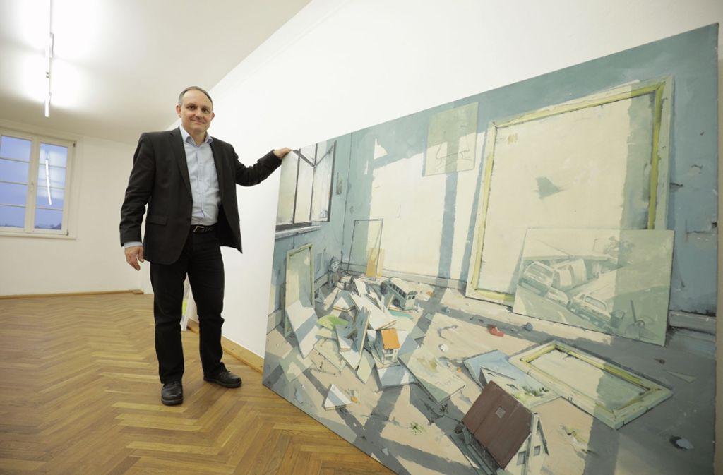 Martin Schick mit einem Werk (ohne Titel) von Sven Kroner, das die Stadt nach einer Ausstellung erworben hat. Foto: Jan Potente