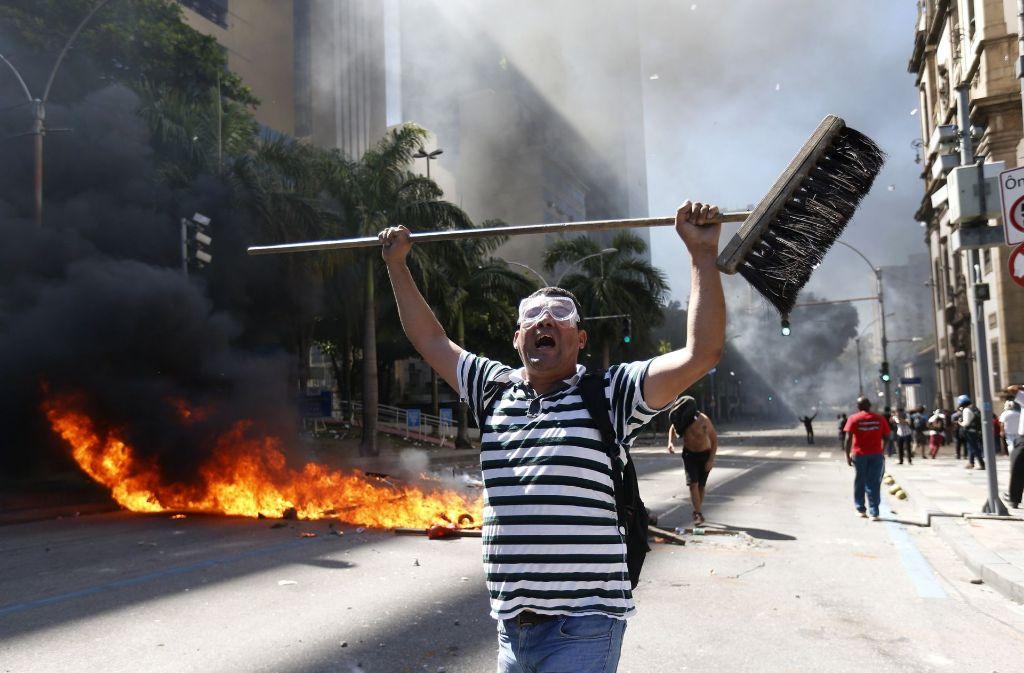 Nach Angaben der brasilianischen Militärpolizei warfen Demonstranten selbstgebaute Handgranaten und Raketen in die Richtung des Parlamentsgebäudes in Rio de Janeiro. Foto: AP