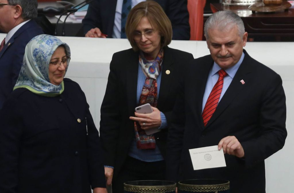 Ankara-Die von Staatschef Recep Tayyip Erdogan angestrebte Verfassungsreform für ein Präsidialsystem in der Türkei hat eine erste Hürde im Parlament genommen. Foto: AFP