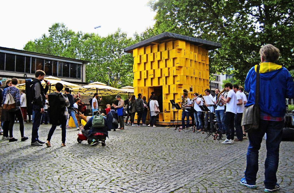 Nach der Eröffnung herrscht reger Andrang auf das Übehaus. Die Unimusikanten Stuttgart sorgen für musikalische Unterhaltung. Foto: Hannah Lau
