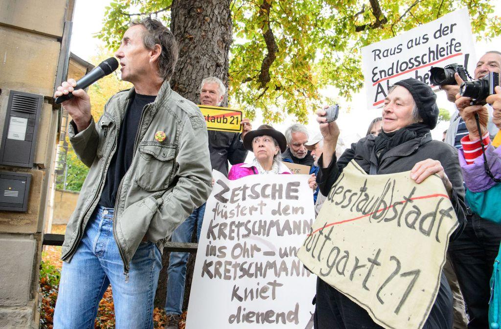 Peter Erben (links) von der Bürgerbewegung Neckartor kämpft gegen die Luftverschmutzung in Stuttgart. Foto: dpa