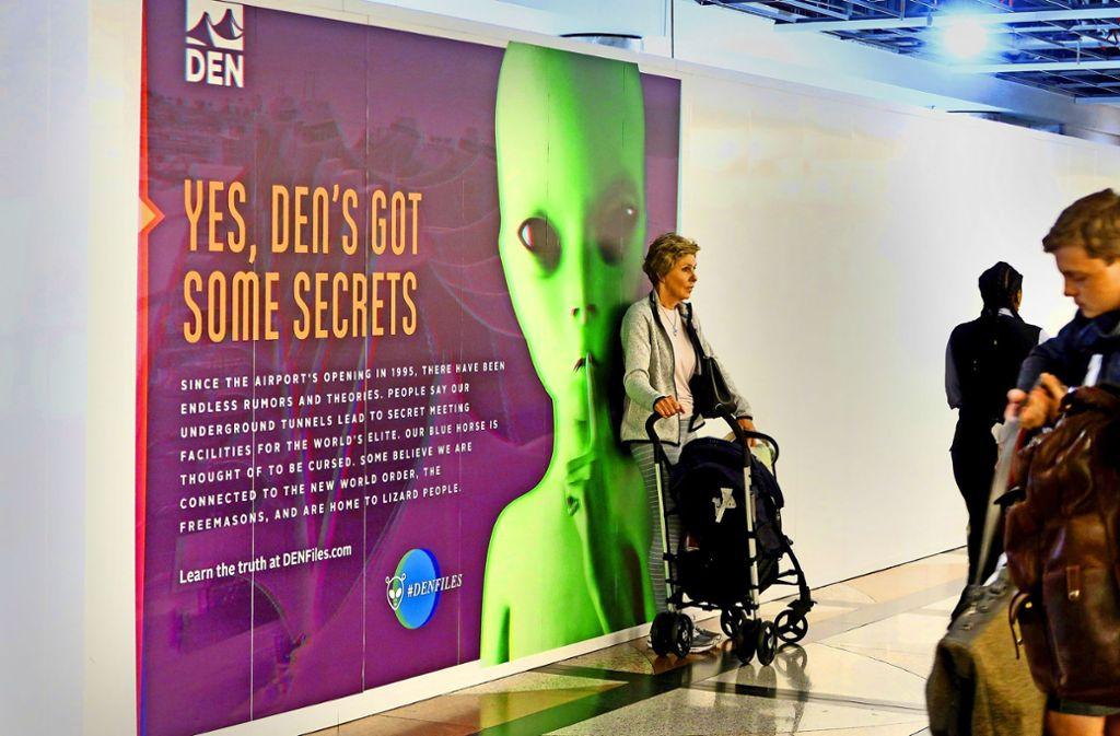 """""""Ja, eine Höhle hat hat ein paar Geheimnisse"""" steht auf einem der Plakate, mit denen im  Airport von Denver auf seltsame Gerüchte um Aliens angespielt wird. Foto: atharina Thalmann"""